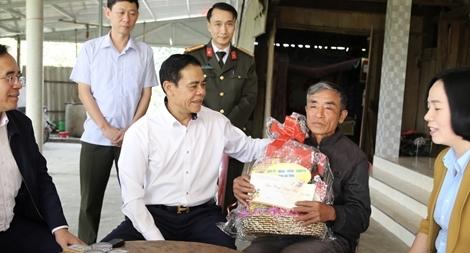 Ngày cuối năm ân tình của vị giám đốc Công an tỉnh với người dân nghèo