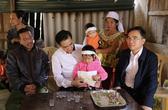 Ngày cuối năm ân tình của vị giám đốc Công an tỉnh với người dân nghèo - Ảnh minh hoạ 2