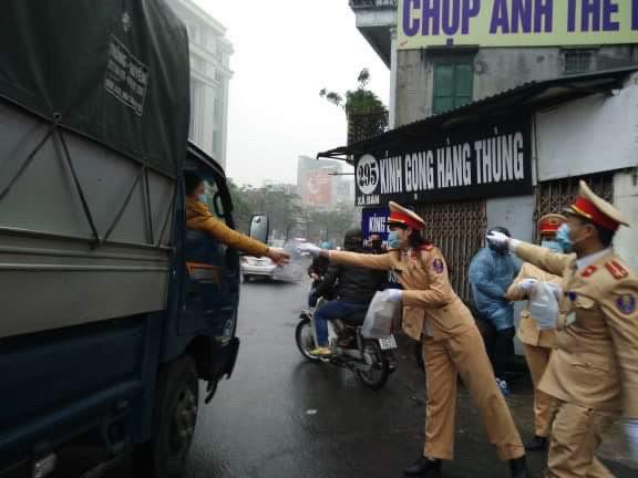 CSGT phát khẩu trang cho người dân trên đường phố Hà Nội - Ảnh minh hoạ 8