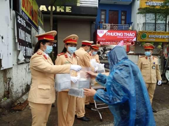 CSGT phát khẩu trang cho người dân trên đường phố Hà Nội - Ảnh minh hoạ 5