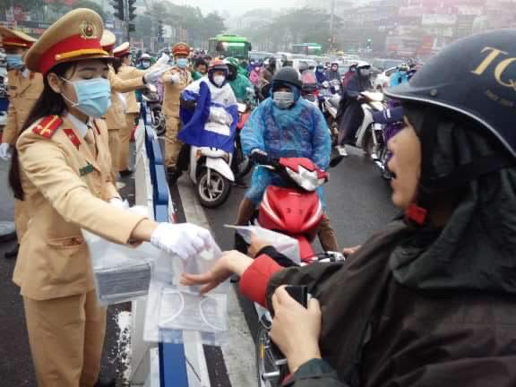 CSGT phát khẩu trang cho người dân trên đường phố Hà Nội - Ảnh minh hoạ 7