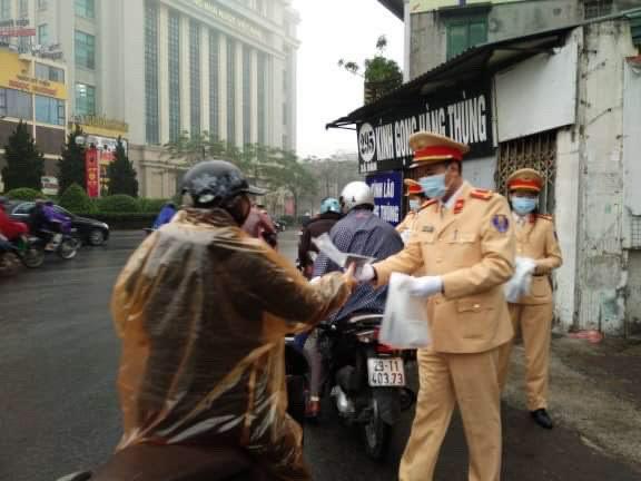CSGT phát khẩu trang cho người dân trên đường phố Hà Nội - Ảnh minh hoạ 9