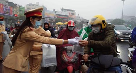 CSGT phát khẩu trang cho người dân trên đường phố Hà Nội