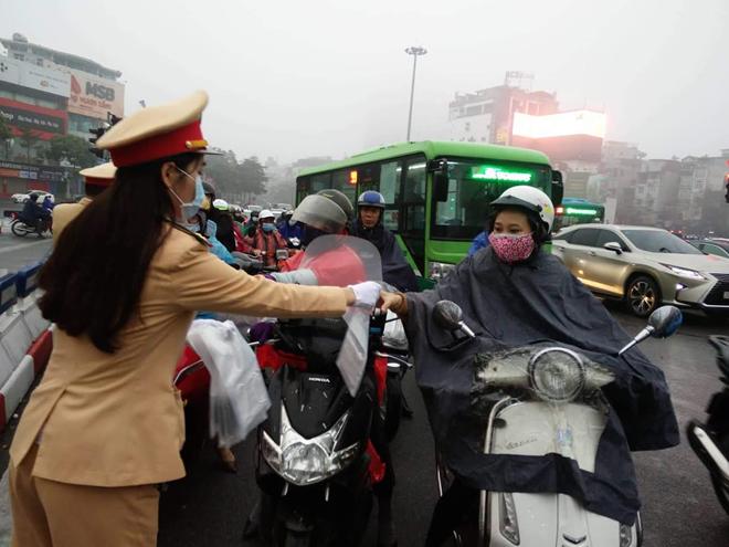 CSGT phát khẩu trang cho người dân trên đường phố Hà Nội - Ảnh minh hoạ 2