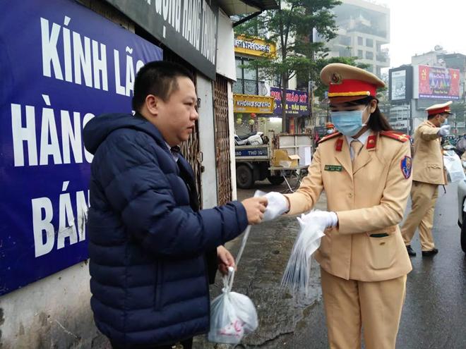 CSGT phát khẩu trang cho người dân trên đường phố Hà Nội - Ảnh minh hoạ 3