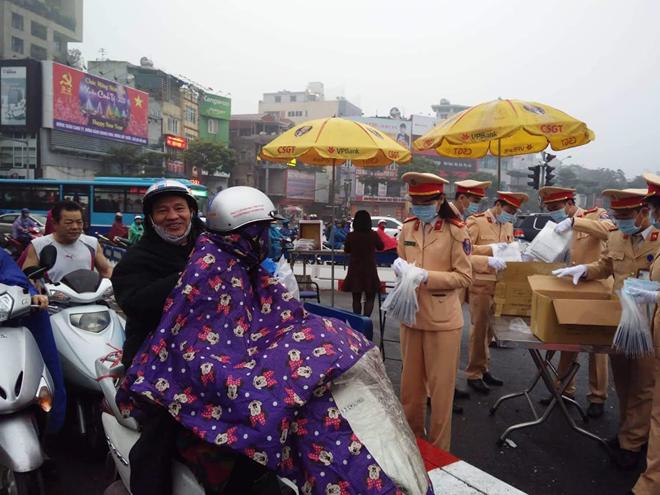 CSGT phát khẩu trang cho người dân trên đường phố Hà Nội - Ảnh minh hoạ 6
