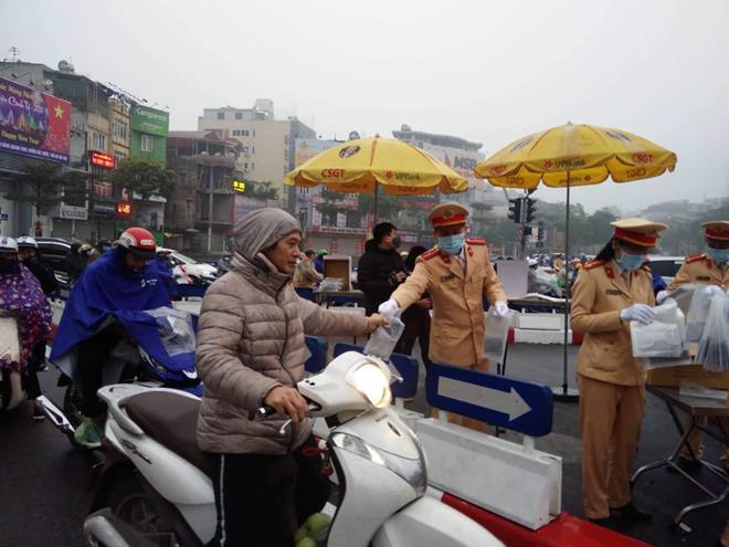 CSGT phát khẩu trang cho người dân trên đường phố Hà Nội - Ảnh minh hoạ 4