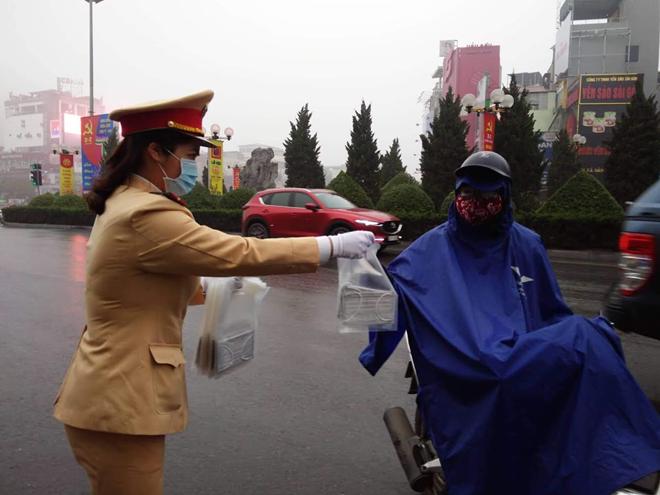 CSGT phát khẩu trang cho người dân trên đường phố Hà Nội - Ảnh minh hoạ 11