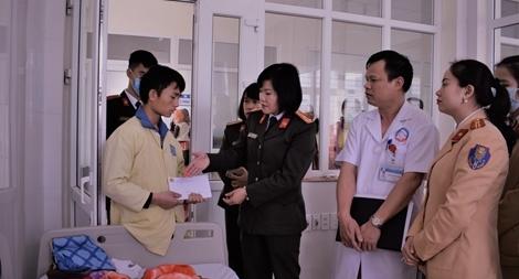 Trao quà cho bệnh nhân Bệnh viện Sản nhi Lào Cai