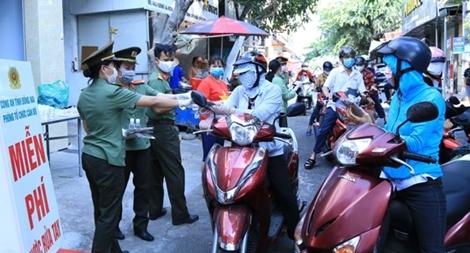 Công an tỉnh Đồng Nai tặng nước rửa tay và khẩu trang kháng khuẩn cho công nhân