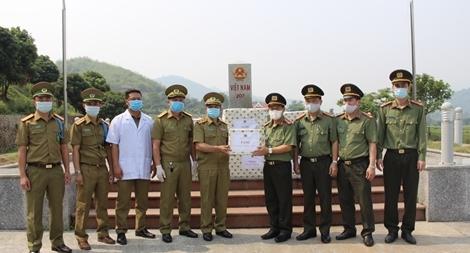Trao tặng vật tư y tế phòng, chống dịch COVID-19 tặng các tỉnh Bắc Lào
