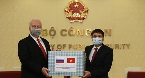 Bộ Công an tặng 70.000 khẩu trang y tế cho Liên bang Nga