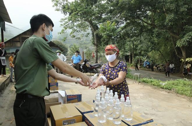 Tặng khẩu trang, nước rửa tay cho 118 hộ dân xã Bản Vược - Ảnh minh hoạ 6