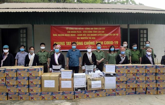 Tặng khẩu trang, nước rửa tay cho 118 hộ dân xã Bản Vược