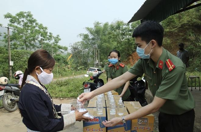 Tặng khẩu trang, nước rửa tay cho 118 hộ dân xã Bản Vược - Ảnh minh hoạ 4
