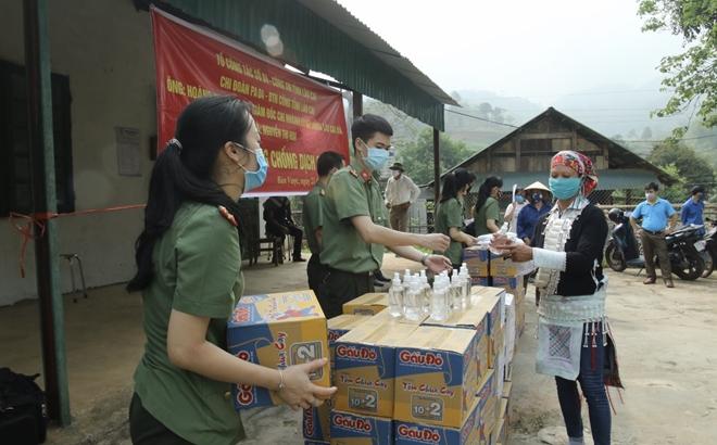 Tặng khẩu trang, nước rửa tay cho 118 hộ dân xã Bản Vược - Ảnh minh hoạ 5