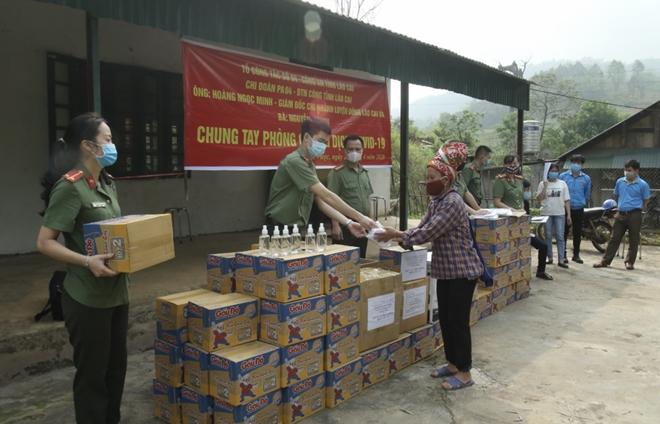 Tặng khẩu trang, nước rửa tay cho 118 hộ dân xã Bản Vược - Ảnh minh hoạ 3
