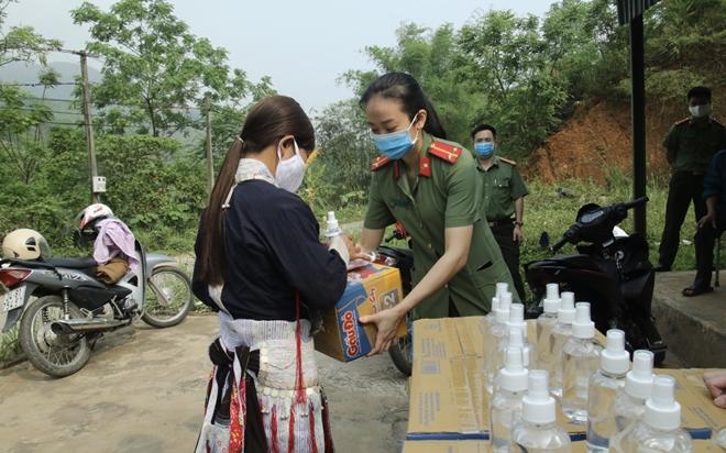 Tặng khẩu trang, nước rửa tay cho 118 hộ dân xã Bản Vược - Ảnh minh hoạ 2