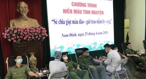 Công an tỉnh Nam Định tích cực hiến máu tình nguyện