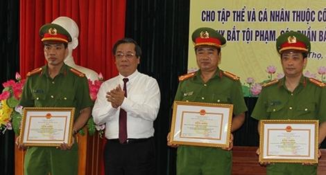 Khen thưởng CA Phú Thọ trong đấu tranh, bảo vệ an toàn hoạt động ngân hàng