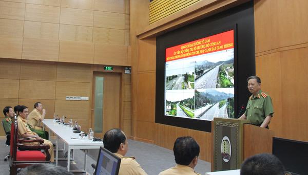 Bộ trưởng Tô Lâm đến thăm và kiểm tra Trung tâm Thông tin chỉ huy của Cục CSGT