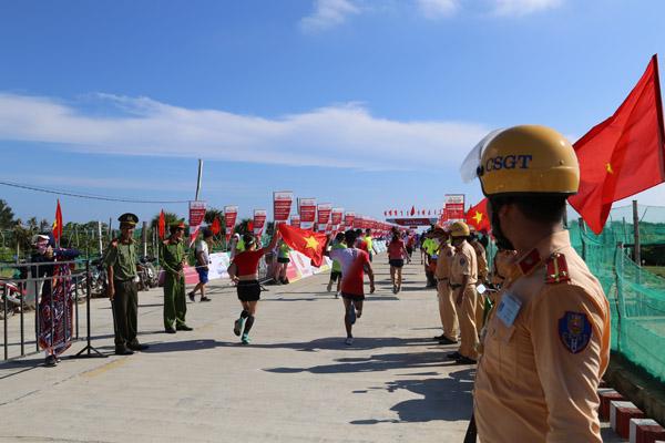 Bảo đảm an ninh cho hàng người chạy marathon trên đảo Lý Sơn - Ảnh minh hoạ 3