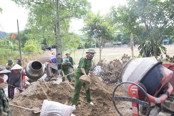 Gác ngày nghỉ giúp dân xây dựng nông thôn mới
