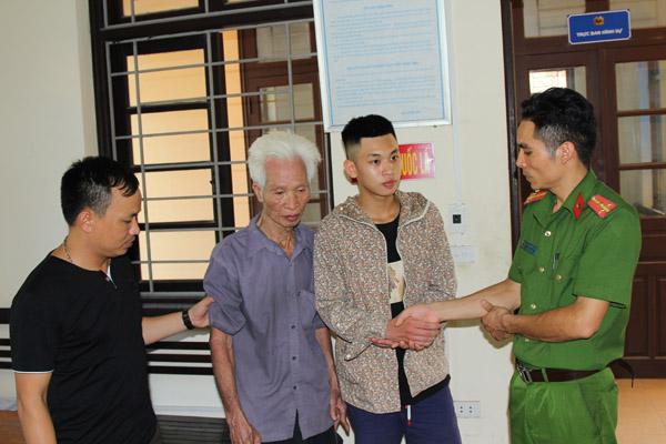 Công an giúp cụ ông 90 tuổi đi lạc về nhà - Ảnh minh hoạ 2