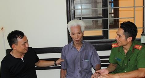 Công an giúp cụ ông 90 tuổi đi lạc về nhà