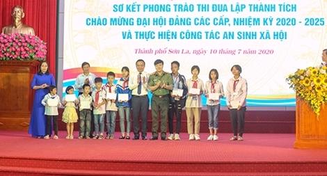 Trao hỗ trợ cho các học sinh có hoàn cảnh khó khăn trên địa bàn TP Sơn La