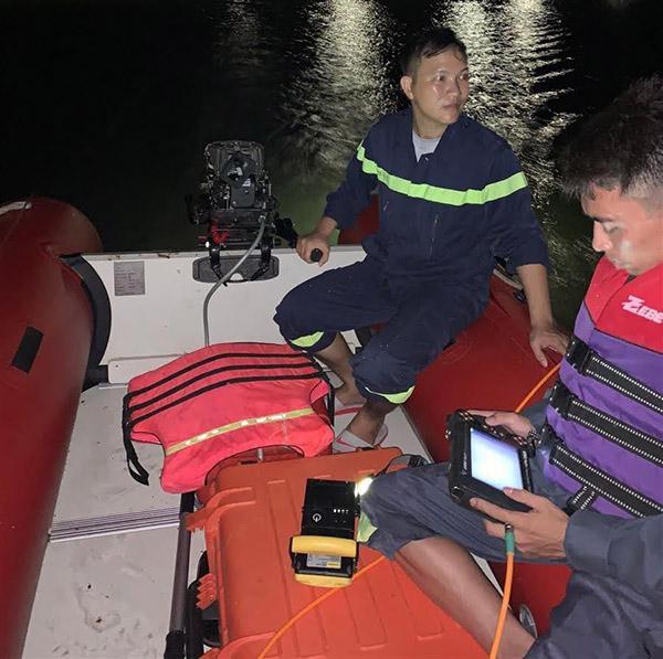 Lực lượng cứu hộ khẩn trương tìm kiếm các nạn nhân trong đêm.