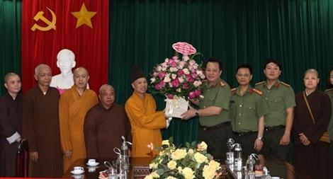 Thăm, chúc mừng CBCS Công an Hà Nam nhân kỷ niệm Ngày truyền thống