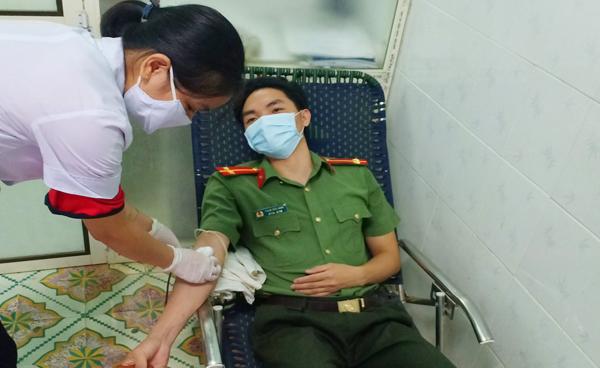 Trung úy 2 lần hiến máu khẩn cấp cứu người