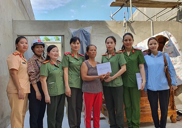 Tặng quà hỗ trợ người dân bị thiệt hại do bão số 5