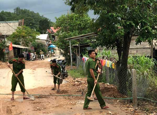 Công an Quảng Trị xuống xã giúp dân khắc phục hậu quả mưa lụt - Ảnh minh hoạ 5