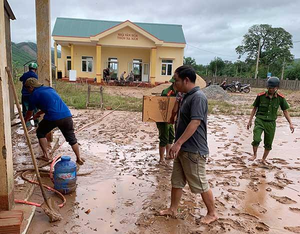 Công an Quảng Trị xuống xã giúp dân khắc phục hậu quả mưa lụt - Ảnh minh hoạ 7
