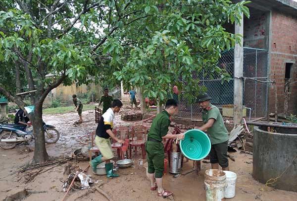 Công an Quảng Trị xuống xã giúp dân khắc phục hậu quả mưa lụt - Ảnh minh hoạ 8