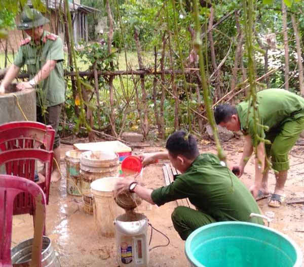 Công an Quảng Trị xuống xã giúp dân khắc phục hậu quả mưa lụt - Ảnh minh hoạ 6