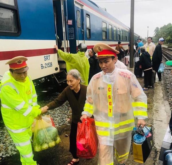 CSGT nỗ lực giúp dân sau sự cố đường sắt gián đoạn - Ảnh minh hoạ 5