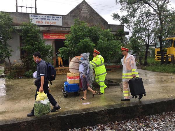 CSGT nỗ lực giúp dân sau sự cố đường sắt gián đoạn - Ảnh minh hoạ 4