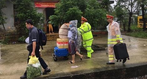 CSGT nỗ lực giúp dân sau sự cố đường sắt gián đoạn