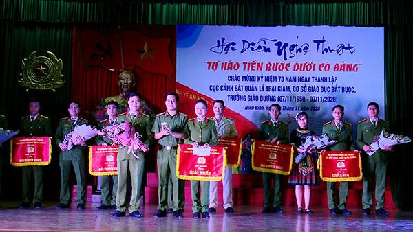 Trao giải hội diễn nghệ thuật tại Trại giam Ninh Khánh