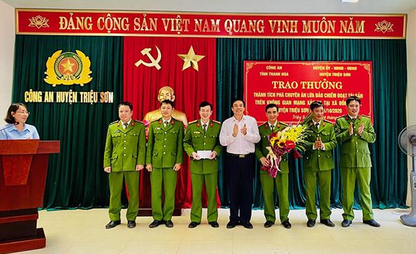 Trao thưởng các đơn vị xuất sắc trong đấu tranh phòng chống tội phạm - Ảnh minh hoạ 3