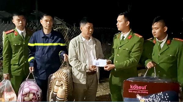 Cảnh sát PCCC thăm hỏi, hỗ trợ gia đình bị cháy nhà - Ảnh minh hoạ 2