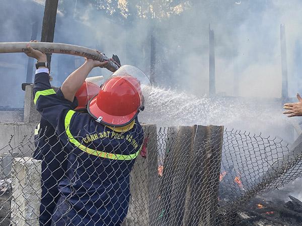 Cảnh sát PCCC thăm hỏi, hỗ trợ gia đình bị cháy nhà