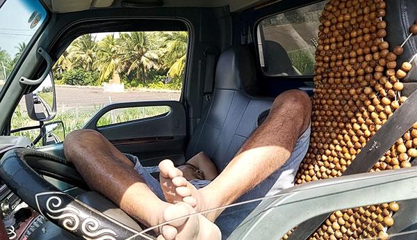 6494ebd6 2f8e 4923 88d4 a2cb29f8412b | Tài xế dừng xe giữa cao tốc để… ngủ
