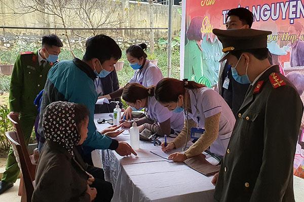 Công an Nghệ An và Bệnh viện ĐK TP Vinh trao quà, khám bệnh miễn phí - Ảnh minh hoạ 2