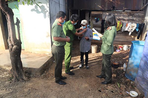 Công an Đắk Nông: Làm hơn 1.000 tấm chắn hỗ trợ chống dịch COVID-19 - Ảnh minh hoạ 4