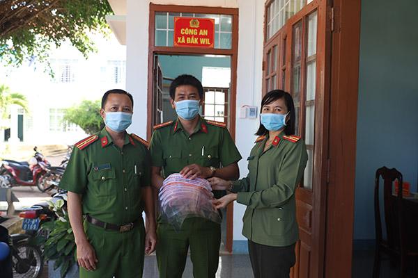 Công an Đắk Nông: Làm hơn 1.000 tấm chắn hỗ trợ chống dịch COVID-19 - Ảnh minh hoạ 2