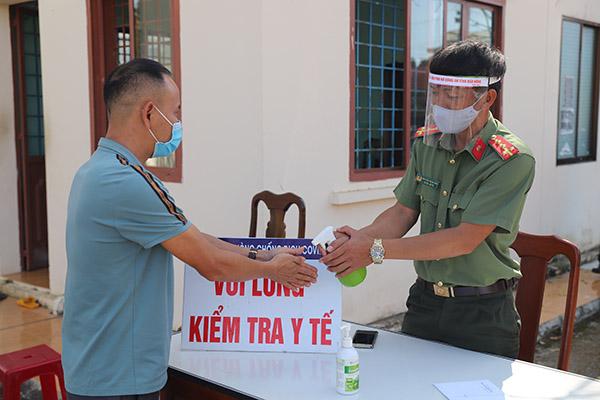 Công an Đắk Nông: Làm hơn 1.000 tấm chắn hỗ trợ chống dịch COVID-19 - Ảnh minh hoạ 6